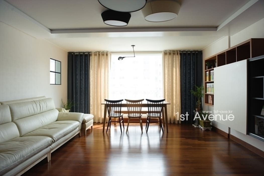 Salas de estar modernas por 퍼스트애비뉴 Moderno