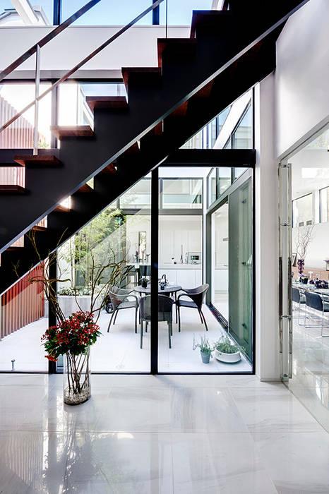 Pasillos, vestíbulos y escaleras de estilo moderno de TERAJIMA ARCHITECTS Moderno