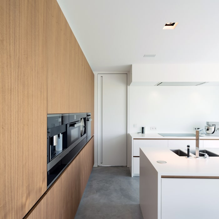 Onzichtbare binnendeur op maat:  Binnendeuren door Anyway Doors, Modern