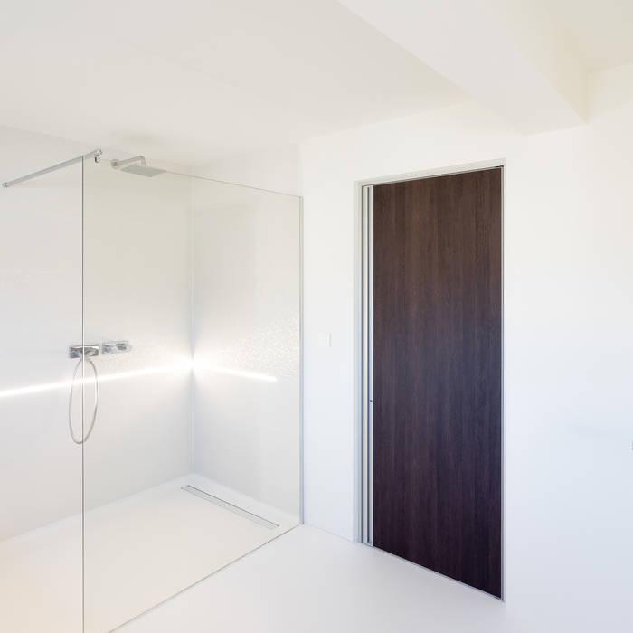 Moderne binnendeur in Wengé:  Binnendeuren door Anyway Doors