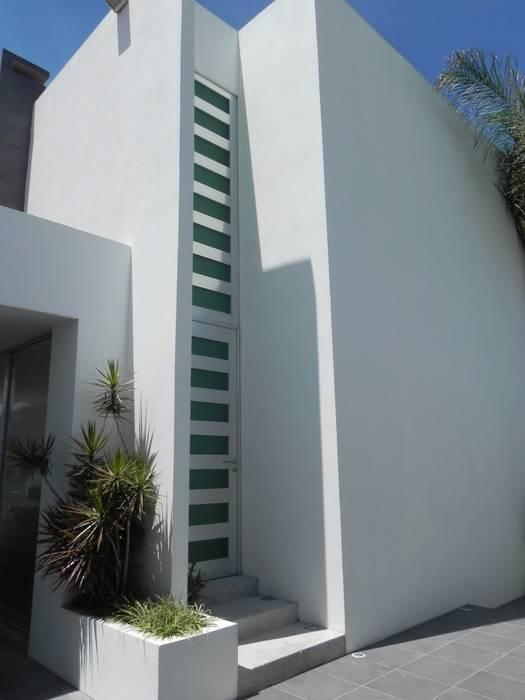 CASA ZAGO ARKIZA ARQUITECTOS by Arq. Jacqueline Zago Hurtado Puertas y ventanas minimalistas Aluminio/Cinc Gris