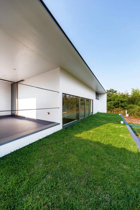 Scandinavian style balcony, veranda & terrace by 一級建築士事務所haus Scandinavian