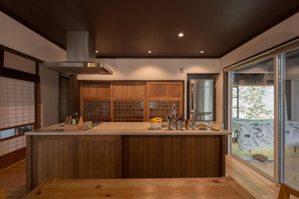 築100年の古民家再生 ダイニングキッチン: 【快適健康環境+Design】森建築設計が手掛けたキッチンです。