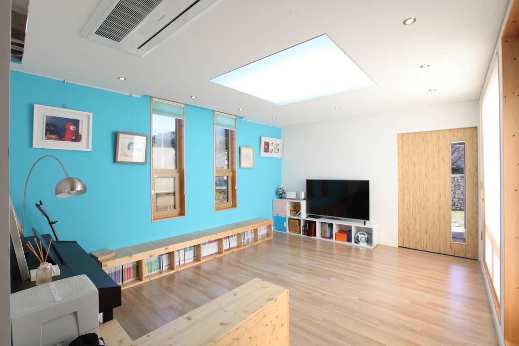 스킵플로어 거실: 주택설계전문 디자인그룹 홈스타일토토의  주택