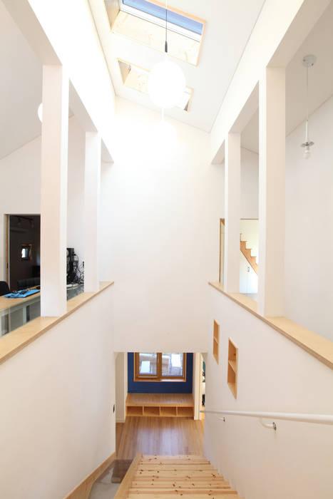 2층에서 바라본 계단실 모던스타일 복도, 현관 & 계단 by 주택설계전문 디자인그룹 홈스타일토토 모던