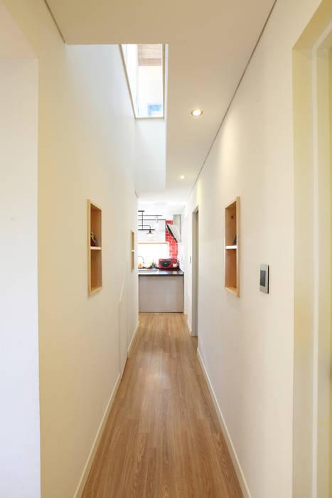 2층과 연계된 시선: 주택설계전문 디자인그룹 홈스타일토토의  복도 & 현관,