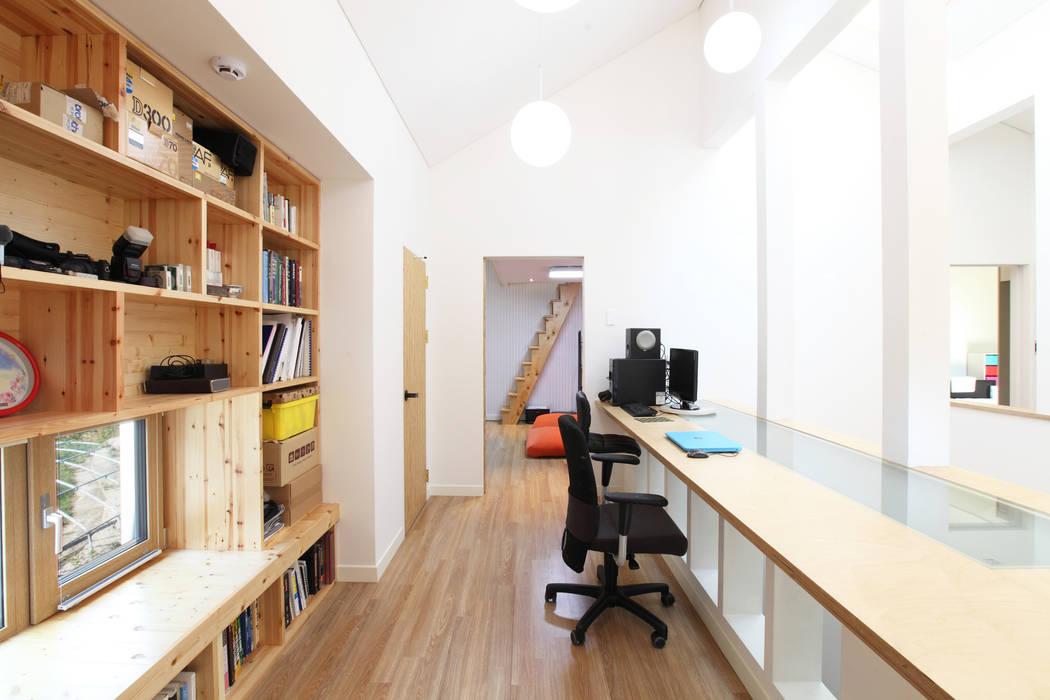 2층 유리테이블 서재: 주택설계전문 디자인그룹 홈스타일토토의  서재 & 사무실,