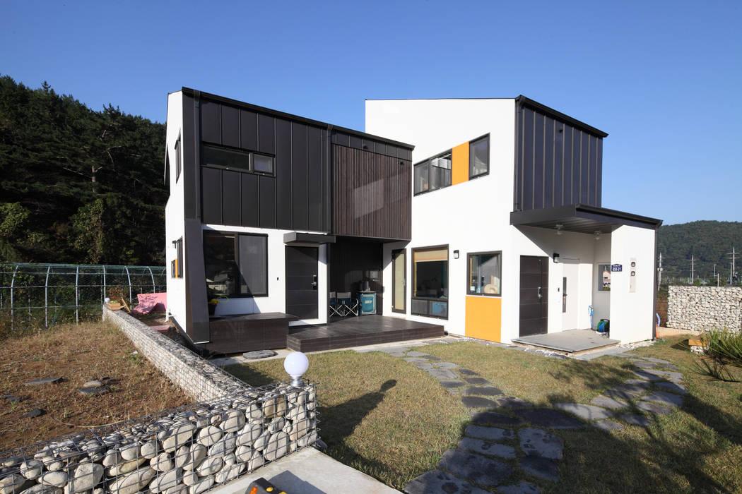 두개의 현관: 주택설계전문 디자인그룹 홈스타일토토의  주택,