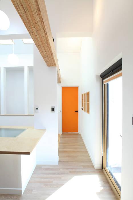 2층의 부부침실로 가는 길: 주택설계전문 디자인그룹 홈스타일토토의  복도 & 현관