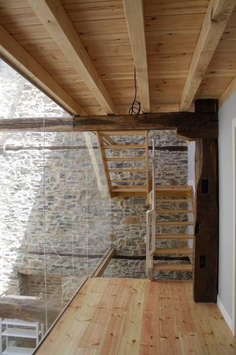 Escalera Estado definitivo Pasillos, halls y escaleras rústicos de Lidera domÉstica Rústico