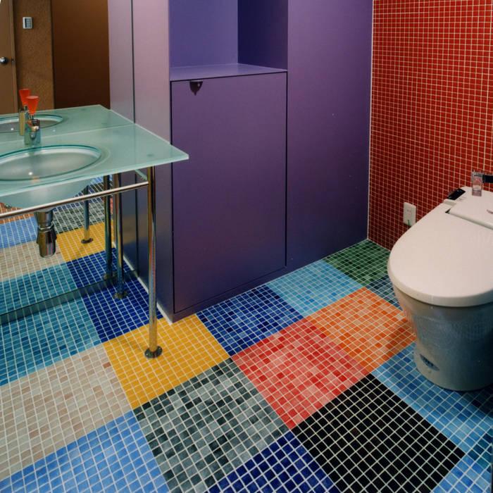 カラフルなタイルで仕上げた洗面トイレ モダンスタイルの お風呂 の ユミラ建築設計室 モダン