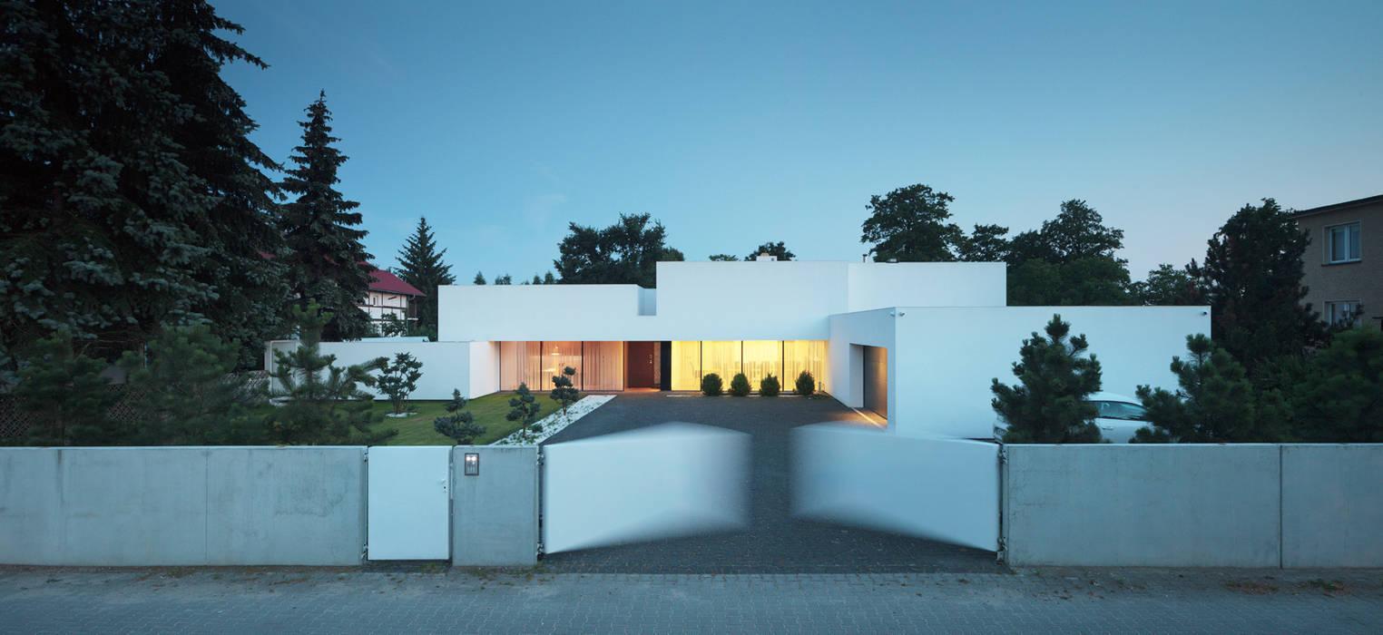 Dom na linii horyzontu: styl , w kategorii Domy zaprojektowany przez KMA Kabarowski MIsiura Architekci,