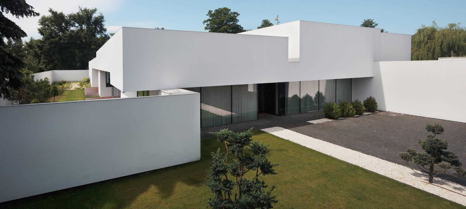 Dom na linii horyzontu: styl , w kategorii Domy zaprojektowany przez KMA Kabarowski MIsiura Architekci