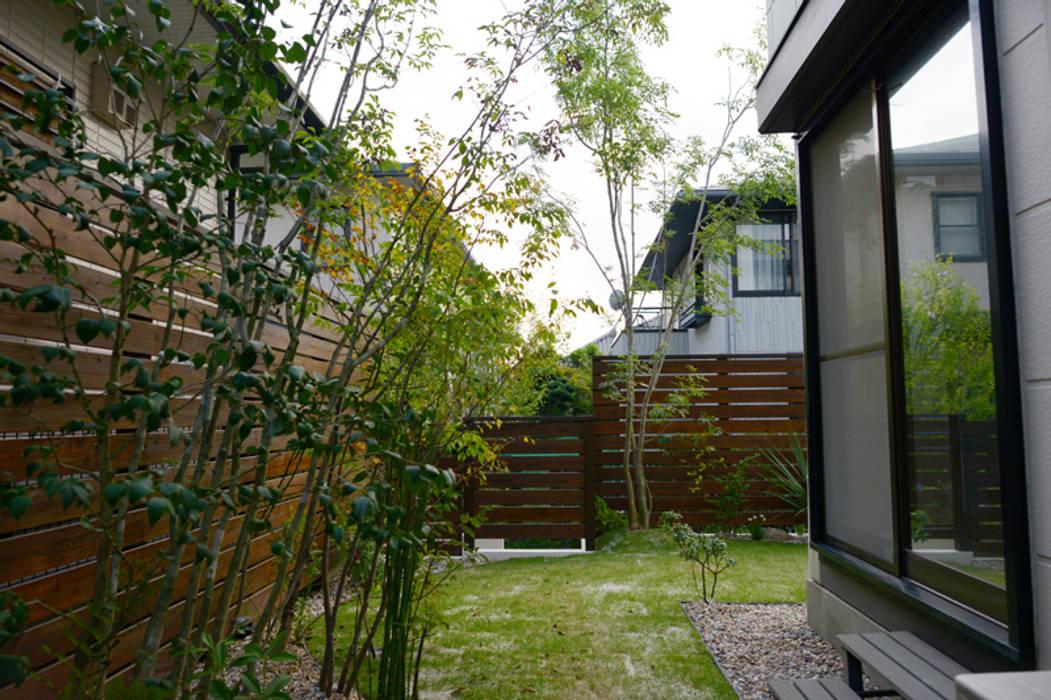 ウッドデッキにガーデンシンクをデザインキッチン モダンな庭 の T's Garden Square Co.,Ltd. モダン