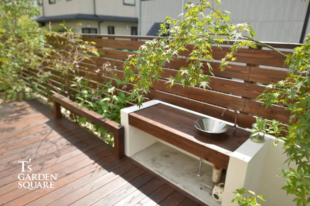 ウッドデッキにガーデンシンクをデザインキッチン: T's Garden Square Co.,Ltd.が手掛けた現代のです。,モダン