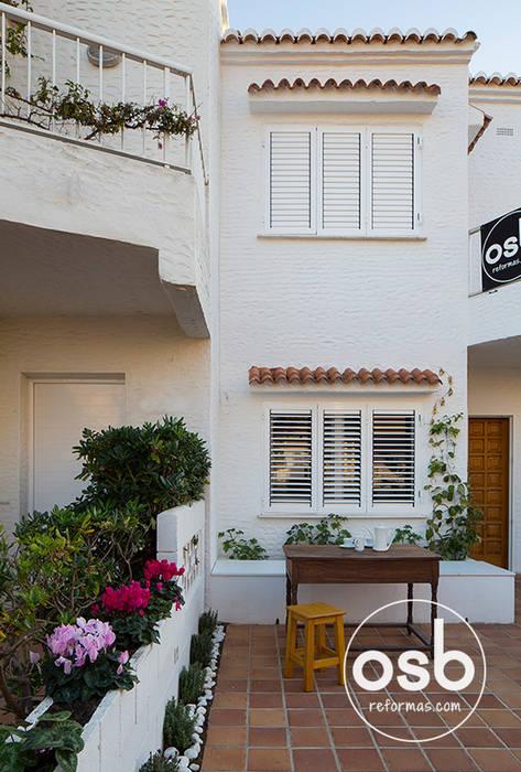 Fachada y terraza principal Casas de estilo mediterráneo de osb arquitectos Mediterráneo