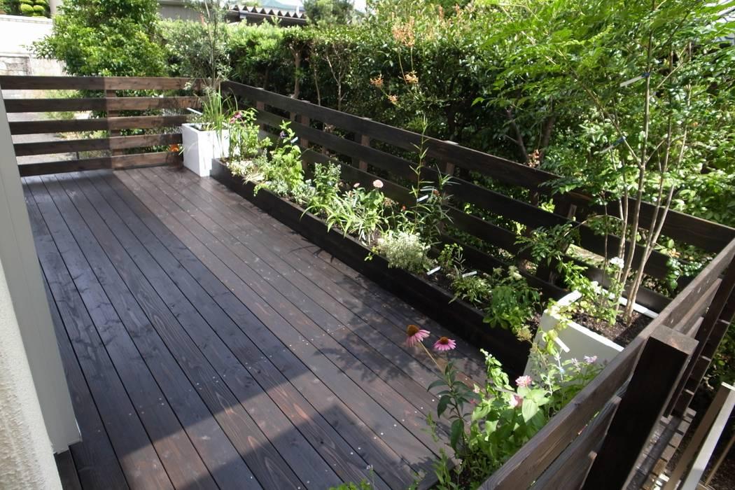 ベランダガーデンを庭に・・。|メンテフリーのウッドデッキの庭: T's Garden Square Co.,Ltd.が手掛けた庭です。,和風