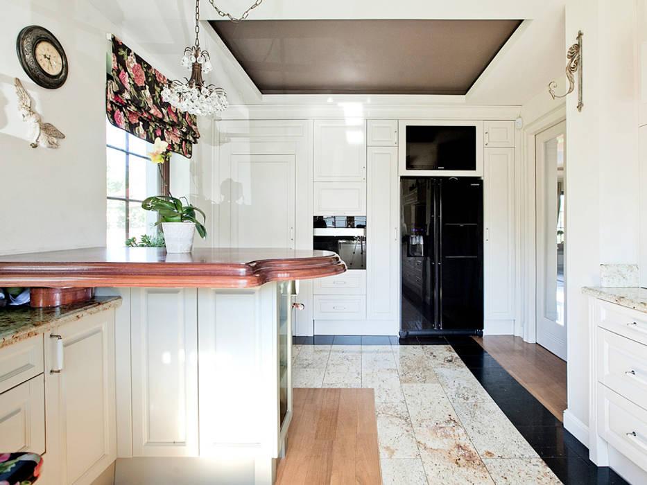 KUCHNIA KLASYCZNA WYKOŃCZONA DREWNEM I KAMIENIEM Klasyczna kuchnia od ZEN Interiors - Architektura Wnętrz Klasyczny