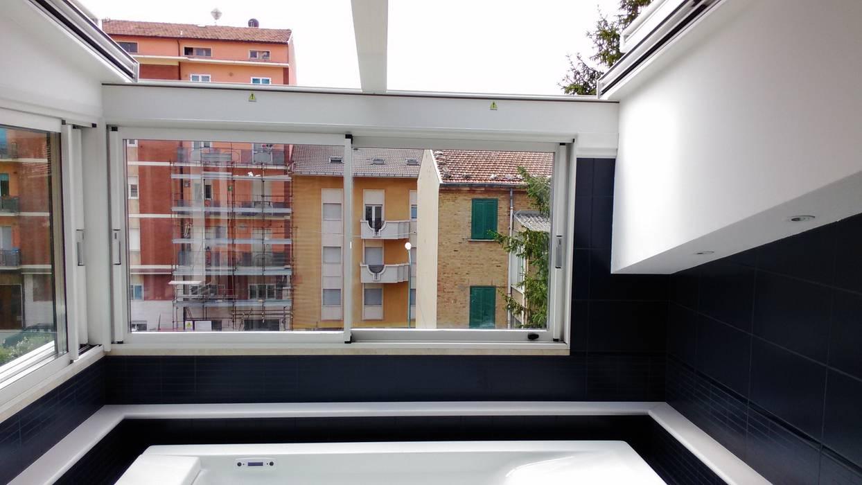 Giardino D'inverno con tetto mobile motorizzato: Giardino d'inverno in stile  di Le Verande srls
