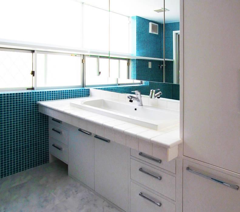 Baños de estilo moderno de ユミラ建築設計室 Moderno