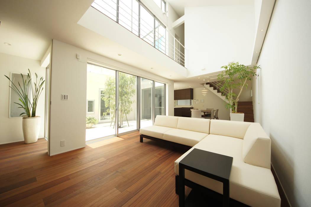 中庭から光と風を取りこむ LDK モダンデザインの リビング の TERAJIMA ARCHITECTS モダン