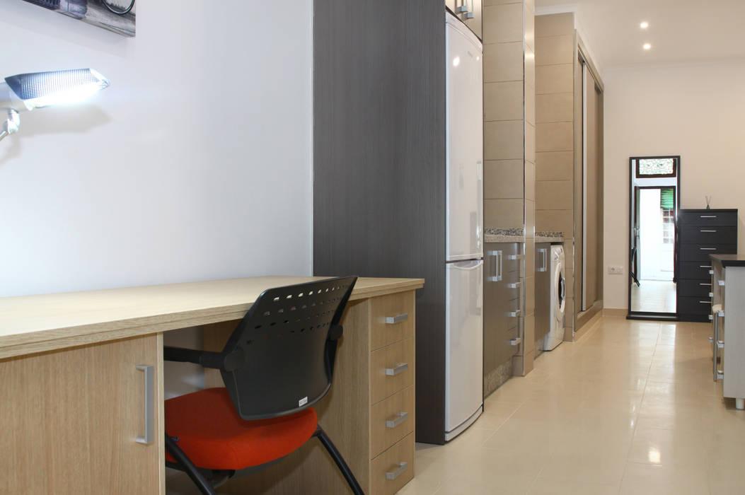 Zona de estudio y cocina Estudios y despachos de estilo moderno de Mohedano Estudio de Arquitectura S.L.P. Moderno