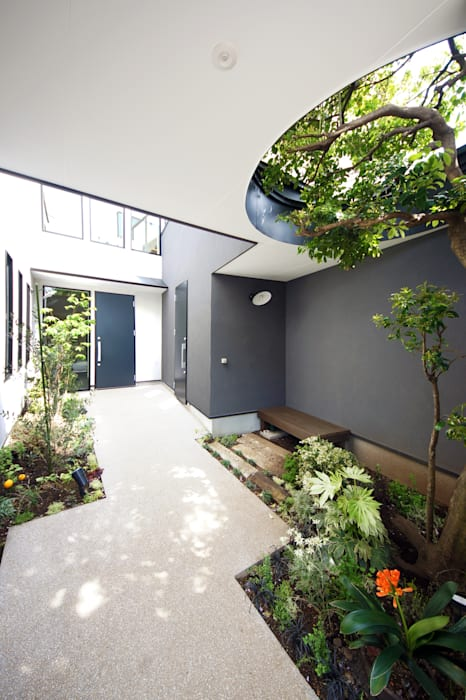 緑豊かなアプローチ モダンな庭 の TERAJIMA ARCHITECTS モダン