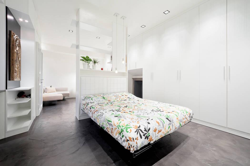 Kleine Minimalistische Slaapkamer : Minimalistische slaapkamer door bassi studio di architettura