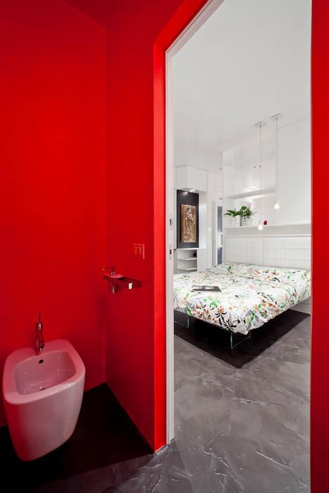 Baños minimalistas de 23bassi studio di architettura Minimalista