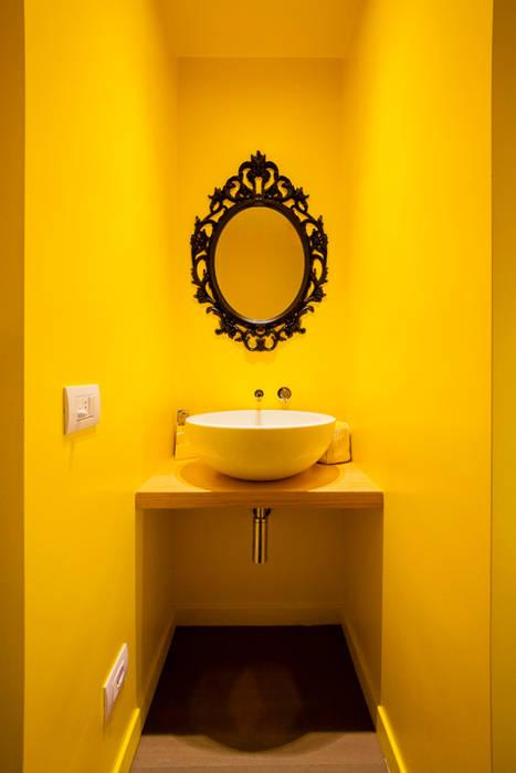 Minimalist bathroom by 23bassi studio di architettura Minimalist