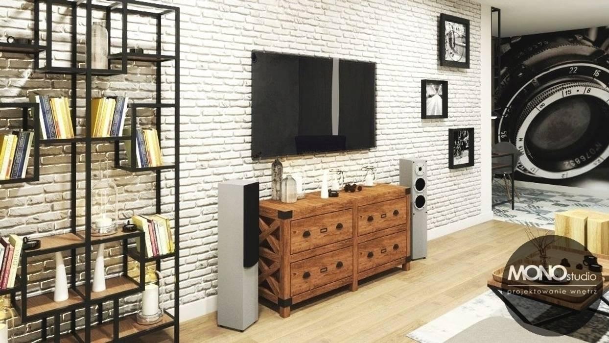 Komfortowe, niezwykle ciepłe wnętrza mieszkania na Czarodziejskiej sprzyjają relaksowi. Nowoczesny salon od MONOstudio Nowoczesny