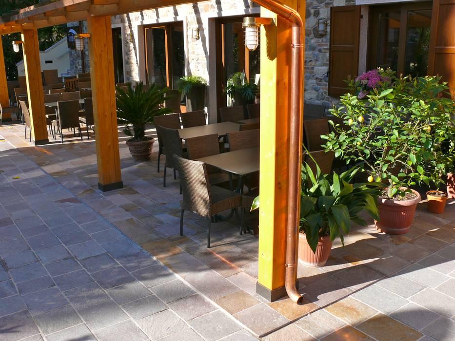 PORFIDO al Lago di Garda: Pareti in stile  di STILE SAS
