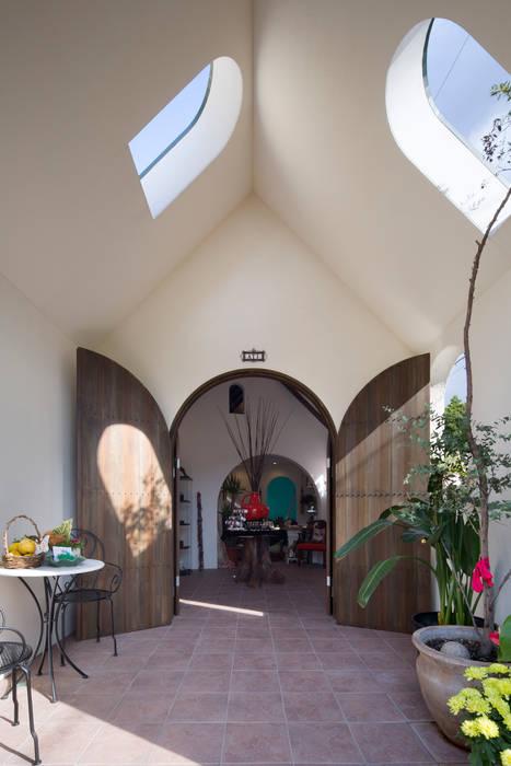 エントランスポーチ 株式会社 藤本高志建築設計事務所 地中海スタイルの 窓&ドア 木 ブラウン