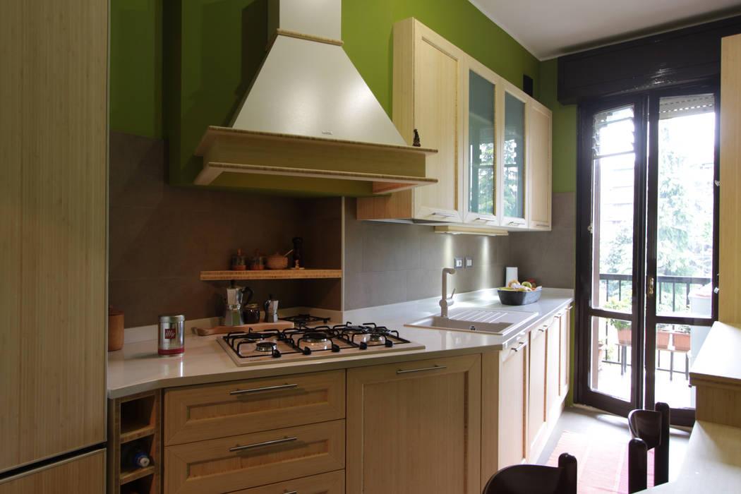 Cappa personalizzata con MDF e Bambù naturale: Cucina in stile in stile Moderno di Effegieffe s.n.c.