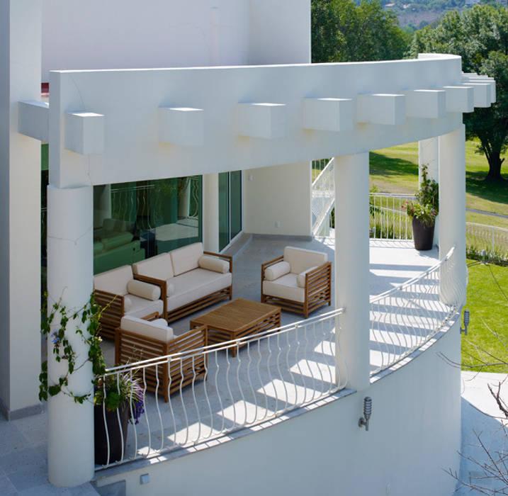 TERRAZA EXTERIOR: Terrazas de estilo  por Excelencia en Diseño