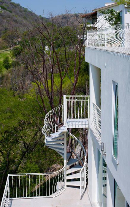 ESCALERA EN CARACOL: Pasillos y recibidores de estilo  por Excelencia en Diseño