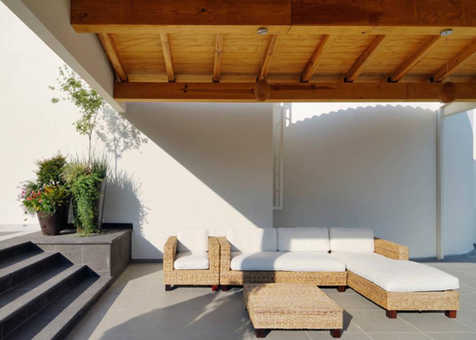 TERRAZA TECHADA Balcones y terrazas de estilo moderno de Excelencia en Diseño Moderno
