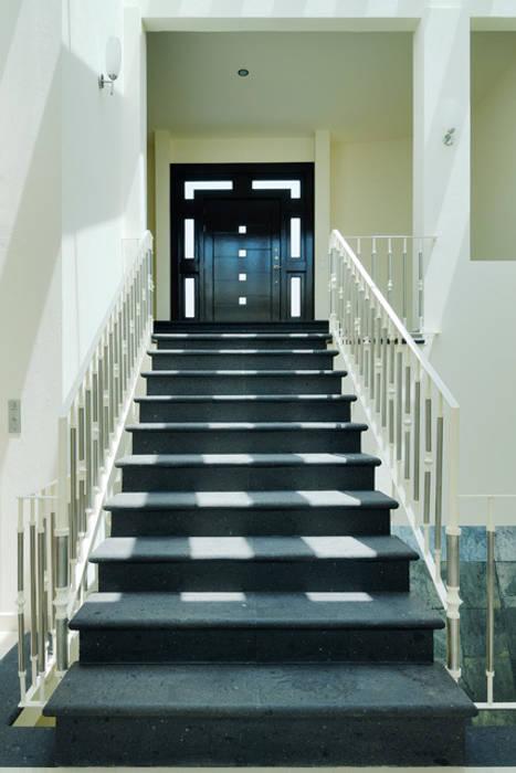 RECIBIDOR: Pasillos y recibidores de estilo  por Excelencia en Diseño