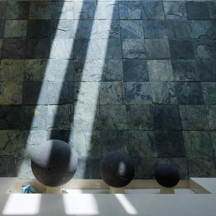 MURO LLORON: Terrazas de estilo  por Excelencia en Diseño, Moderno