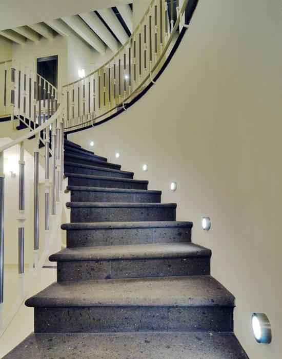 現代風玄關、走廊與階梯 根據 Excelencia en Diseño 現代風