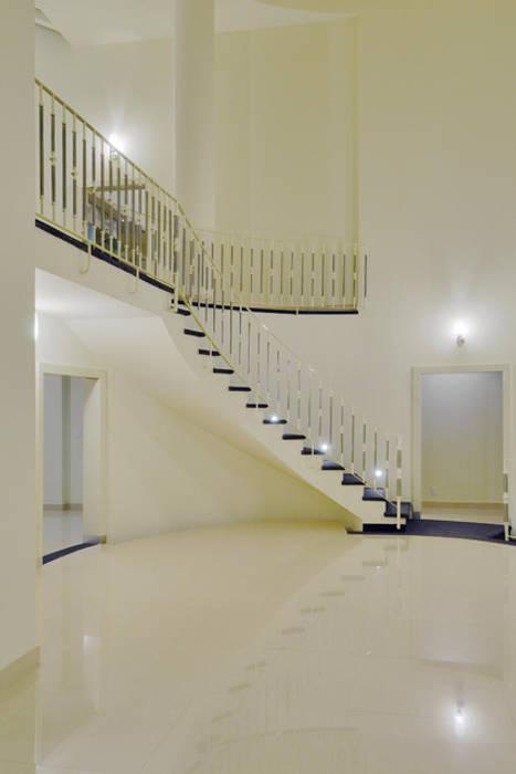 PATIO INTERIOR Pasillos, vestíbulos y escaleras modernos de Excelencia en Diseño Moderno