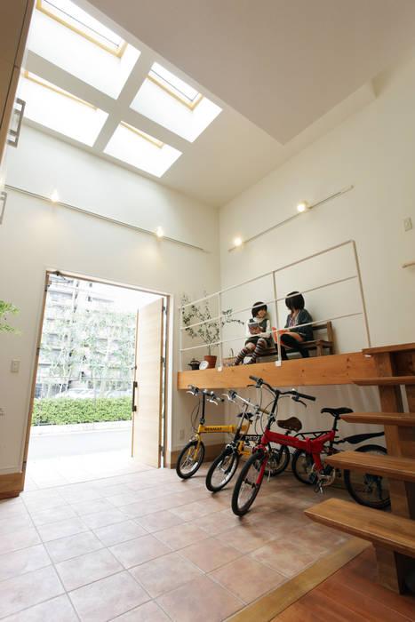 Modern corridor, hallway & stairs by 有限会社タクト設計事務所 Modern
