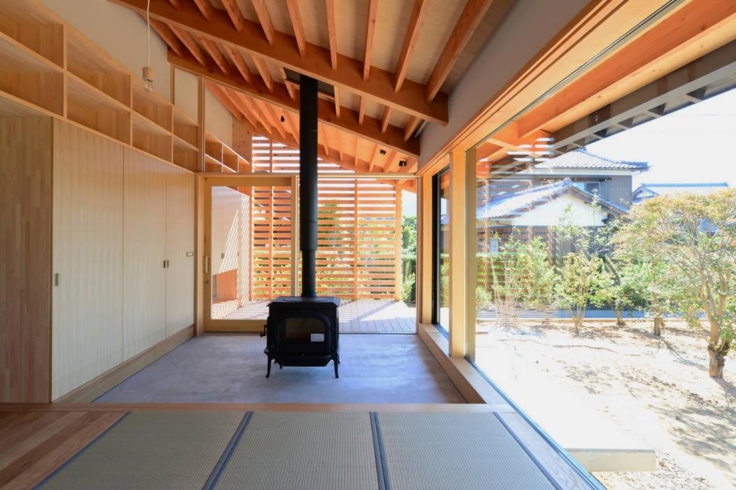 「林の中に住む。」: 丸山晴之建築事務所が手掛けた和室です。