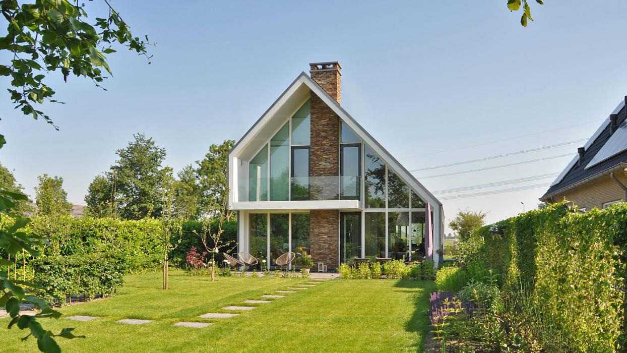 Achterkant woning: modern  door Bongers Architecten, Modern