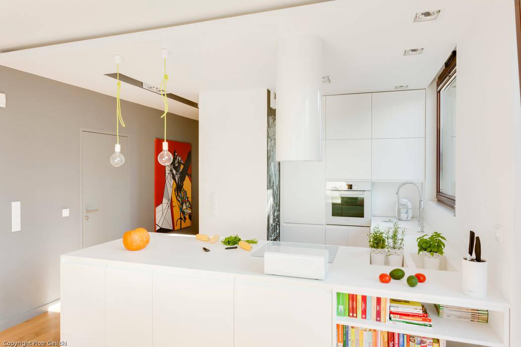Nowoczesne, jasne mieszkanie z przeszkleniami Minimalistyczna kuchnia od Le Pukka Concept Store Minimalistyczny