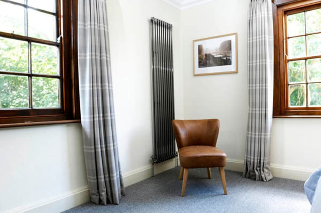 Raw metal single column vertical radiator Modern style bedroom by Mr Central Heating Modern