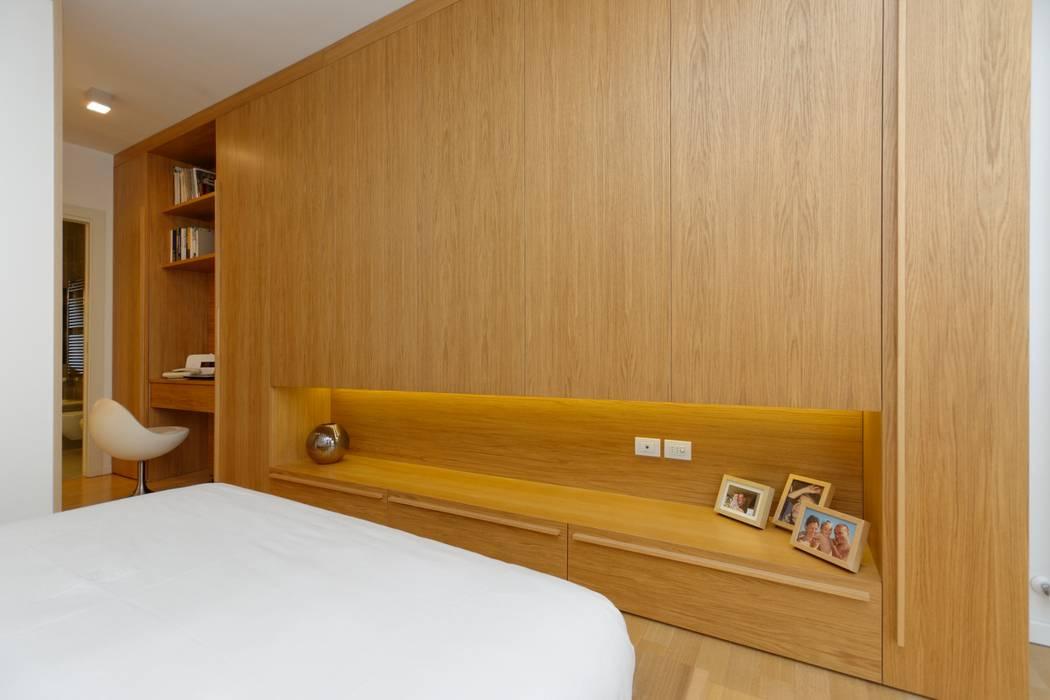Parete - contenitore. Camera da letto moderna di ROBERTA DANISI ARCHITETTO Moderno