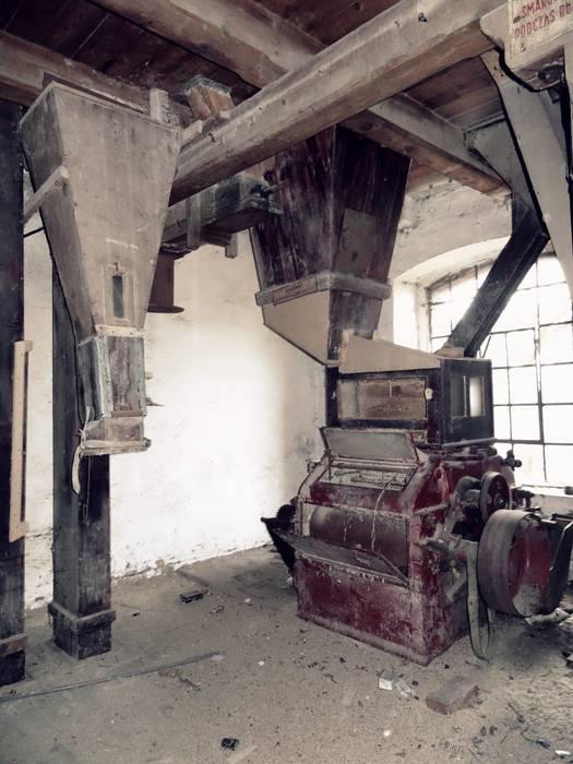 Wnętrze starego młyna od FOORMA Pracownia Architektury Wnętrz Rustykalny