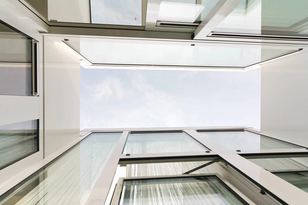 De patio OX architecten Moderne balkons, veranda's en terrassen