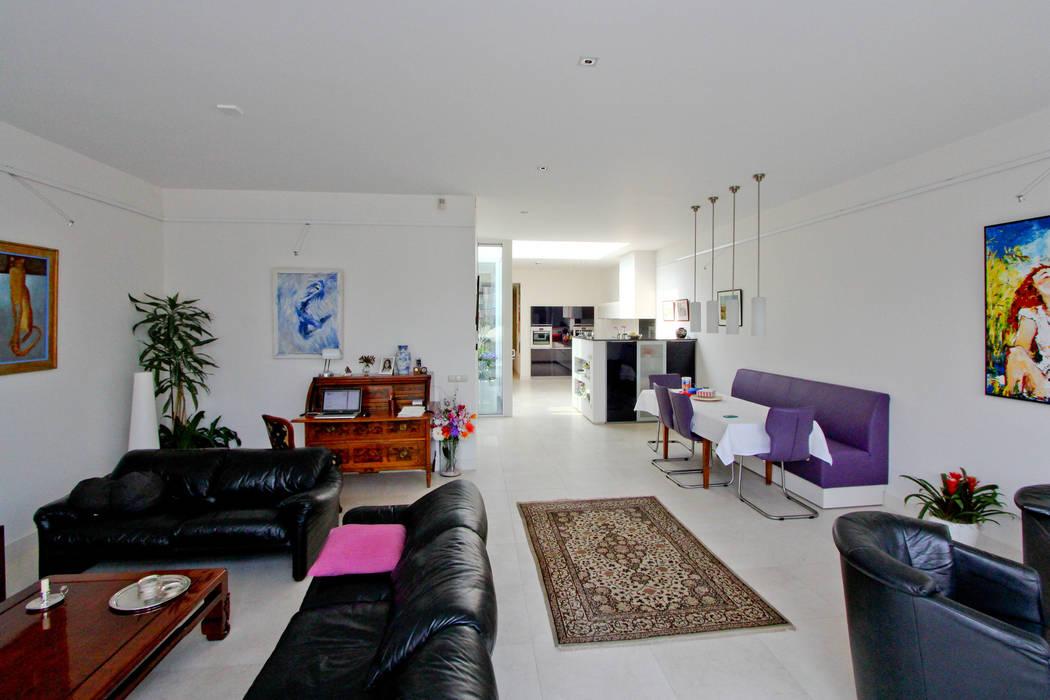 De woonkamer richting keuken Moderne woonkamers van OX architecten Modern